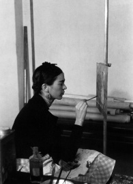 Frida Kahlo en el Instituto de Arte de Detroit, 1932.