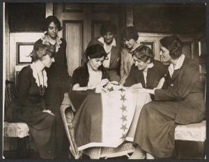 Mujeres sufragistas cosiendo bandera