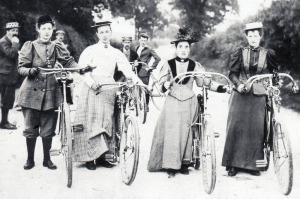 Mujeres en bicicleta. Finales del siglo XIX. Colección del Online Biclycle Museum.